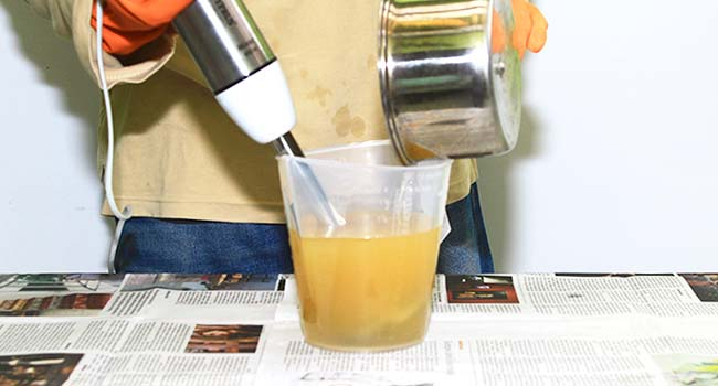 campur larutan NaOH ke dalam minyak
