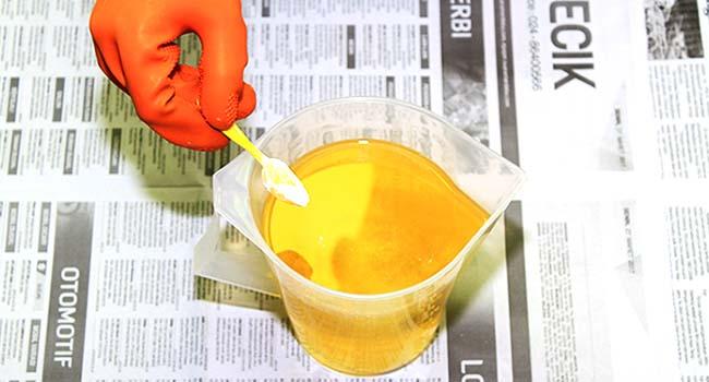campur titanium dioksida ke dalam minyak